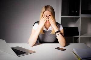 mujer desesperada por explicar el marketing online