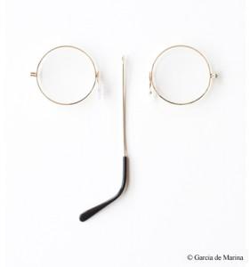 Foto García de Marina: gafas desmontadas que forman la palabra ojo
