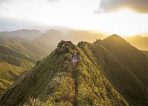 Una chica escalando una montaña