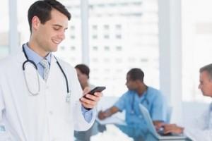Médico consultando su teléfono móvil