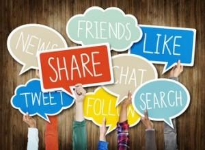 Manos sujetando bocadillos de diálogo con acciones que se hacen en las redes sociales