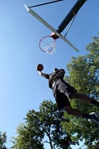Chico jugando al baloncesto