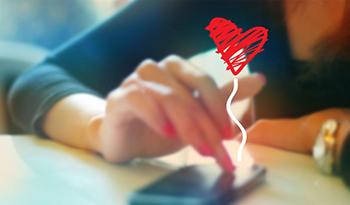 Una mujer consulta contenido interactivo en su teléfono móvil