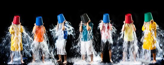 Recreación del Ice Bucket Challenge, reto que se hizo viral en las redes en 2014