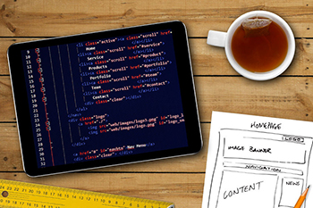 Croquis de sitio web y código de programación