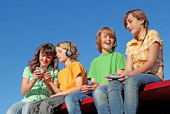 Grupo de preadolescentes con dispositivos móviles