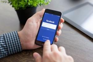 Consulta de Facebook en un teléfono móvil