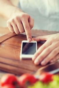Hombre utilizando smartphone con el dedo