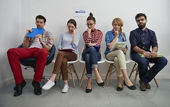 Grupo de personas esperando para una entrevista de trabajo
