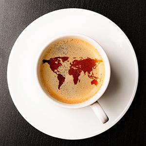 Mapamundi en la superficie de una taza de café