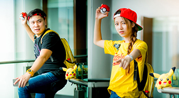 Jugadores asiáticos caracterizados como entrenadores Pokémon Go