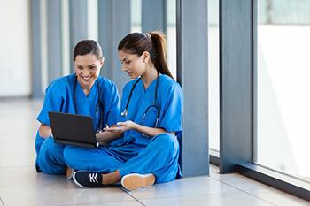 Profesionales de la salud consultando información en un ordenador portátil