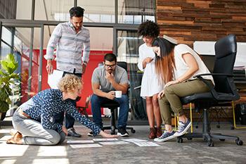 Compañeros de trabajo en una dinámica de creatividad grupal