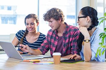 Compañeros de trabajando revisando una propuesta creativa