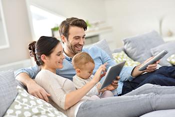 Familia que consume contenidos en diferentes dispositivos