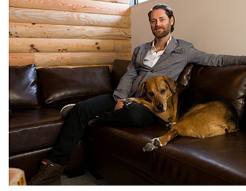 Ryan Holmes, fundador y CEO de Hootsuite, con Mika