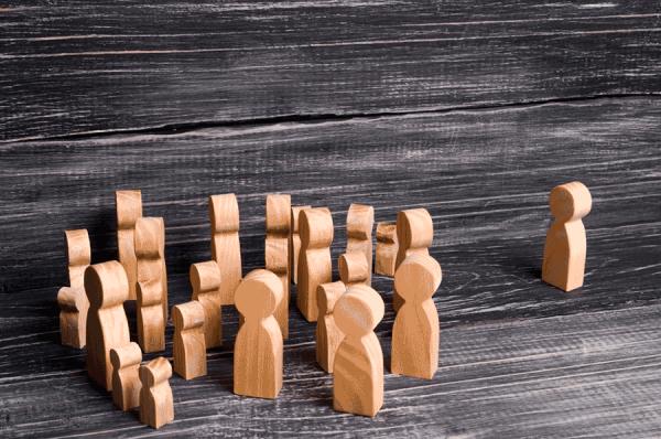 muñecos de madera para el post sobre medir el impacto de estrategia de influencers