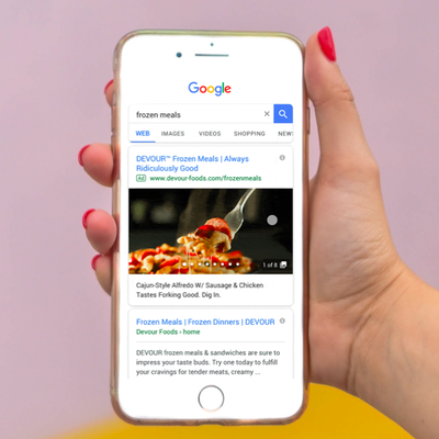 Ejemplo de resultados de búsqueda con Gallery Ads en un móvil
