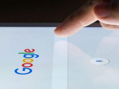 dedo pinchando el buscador de Google en una pantalla táctil