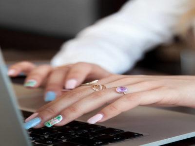 Mujer creando un plan de redes sociales para su joyería